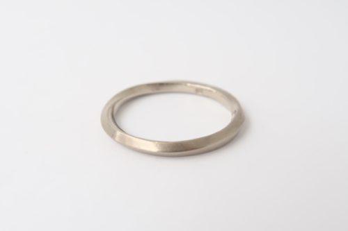 Witgouden ring met een TWIST!