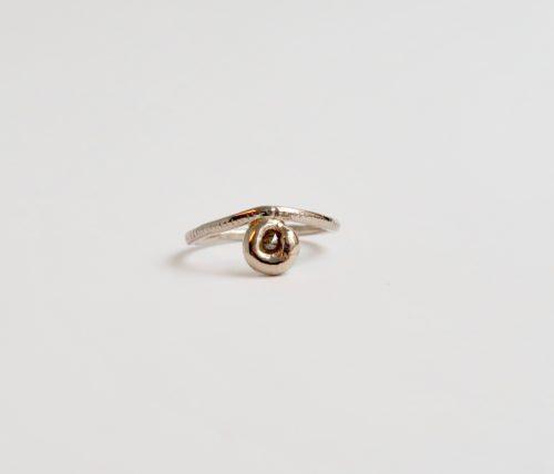 Eigenzinnig ringetje met een klein Diamantje