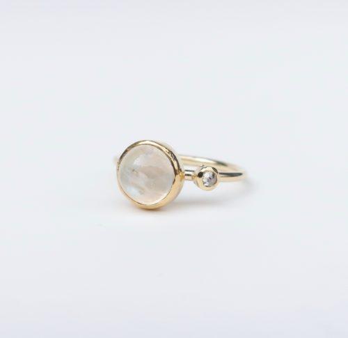 Een Maansteen Beauty met een Diamantje ernaast